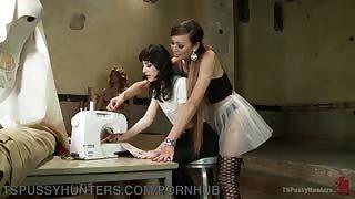 Venus Lux insegna come si scopa alla sua allieva