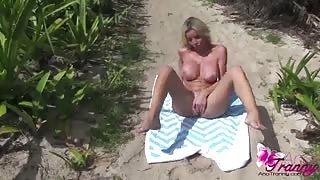 Ana si trastulla il cazzo al mare...