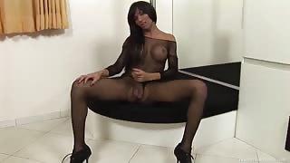 Ariadny super sexy fa una sega al suo cazzo enorme!