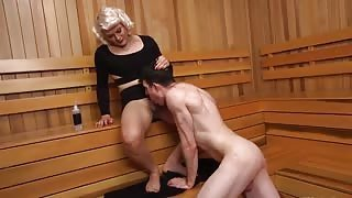 Travestito biondo scopa in sauna con culo gay!