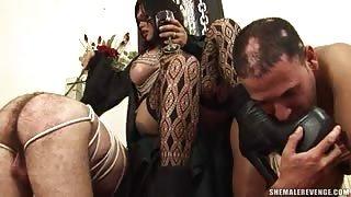 Video dominazione trans..due uomini sottomessi per Penelope Jolie!
