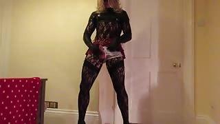 Crossdresser in sexy lingerie si tira una sega!