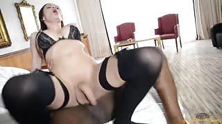 Bellissima trans pornostar si fa sfondare da cazzo nero!