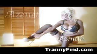 La transessuale Azeneth Sabrok in lingerie provocante...