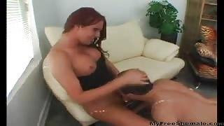 Trans incula uomo sul divano!Video amatoriale trans...