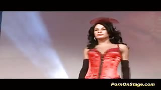Trans Fernanda Barros sul palco ...