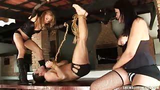 Trans sado Mylena e Michelle torturano un ragazzo