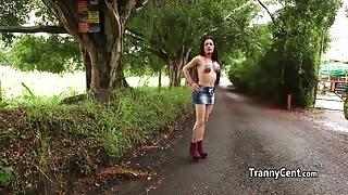 Trans mora per un aiuto deve farsi scopare da quattro cazzi