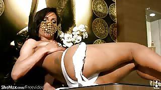 Video solo di una trans dal volto coperto